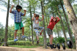 Kinder auf Abenteuerspielplatz